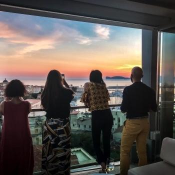 Clienti dello Skybar osservano il tramonto