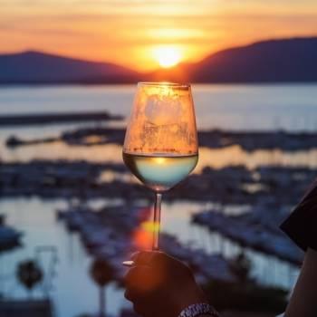 Sorseggiare un buon vino guardando il tramonto