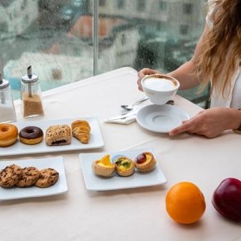 Pasticcini con frutta fresca per colazione