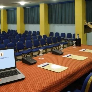 Sala congressi con postazione microfonata