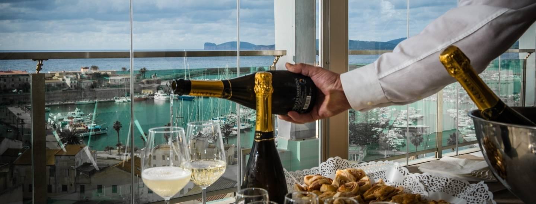 Cameriere versa del vino pregiato