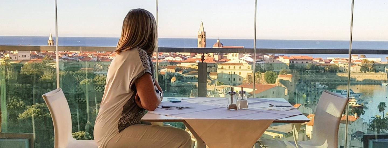 Cliente che osserva il panorama dal Blau Skybar