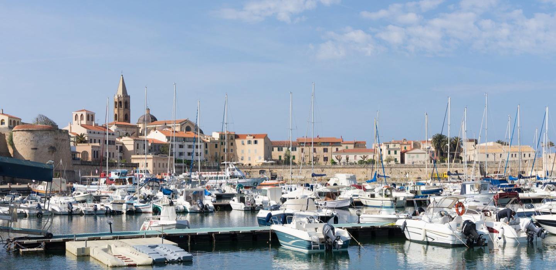 Banchina del porto con vista su Alghero