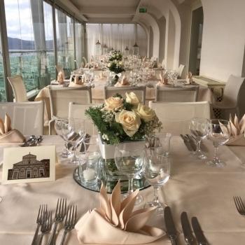 Tavolo con ornamento floreale