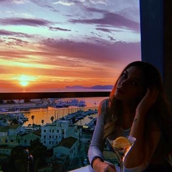 Ragazza al tramonto sullo Skybar