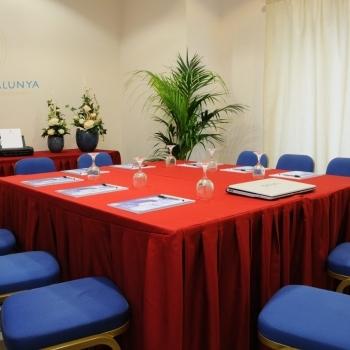 Sala Ginestra con tavolo