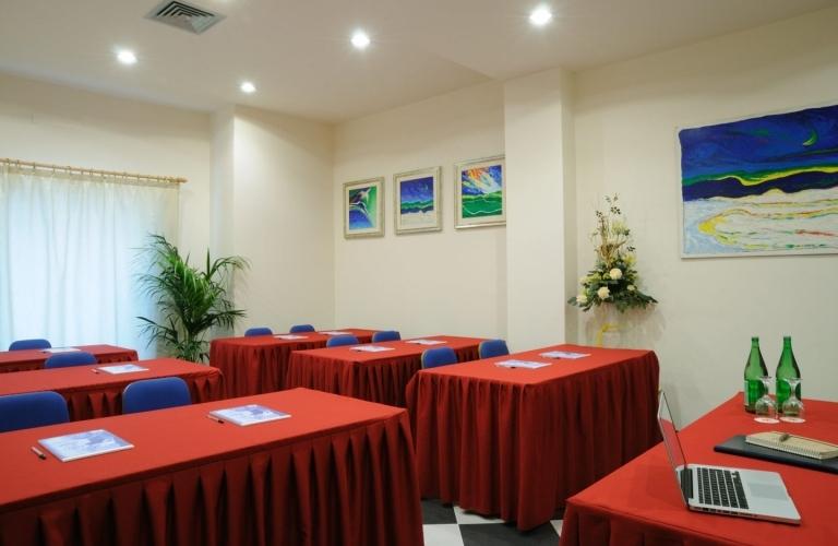 Tavolini rossi nella Sala Oleandro