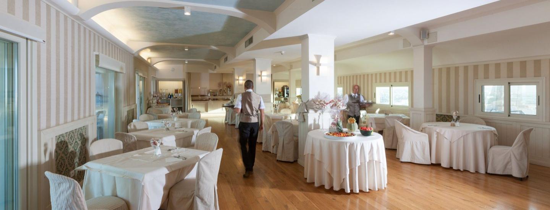 Sala ristorante interna dello Skybar